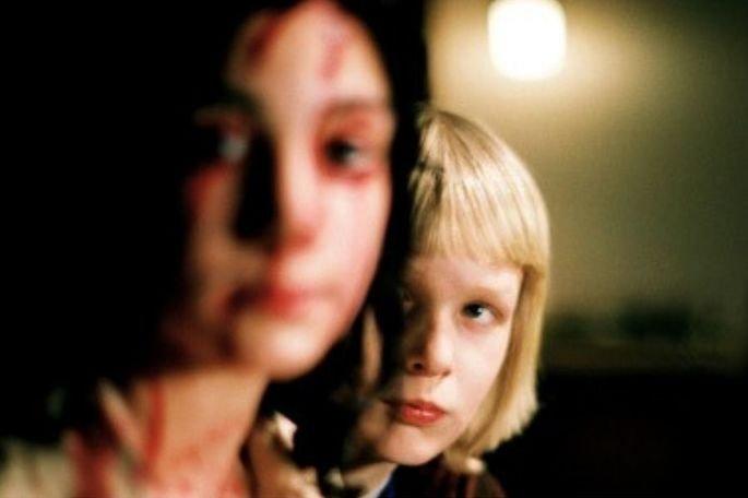 Deixa ela entrar é um filme sueco, dirigido por Tomas Alfredson, baseado no livro de contos do escritor sueco John Ajvide Lindqvist. Estrelado por Kåre Hedebrant Lina Leandersson Per Ragnar.