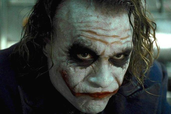 Os irmãos Jonathan e Christopher Nolan escreveram o roteiro deste filme baseado nos quadrinhos de Batman de Bob Kane e Bill Finger