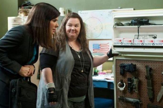 As bem-armadas é escrito por Katie Dippold e dirigido por Paul Feig. Estrelado por Sandra Bullock e Melissa McCarthy
