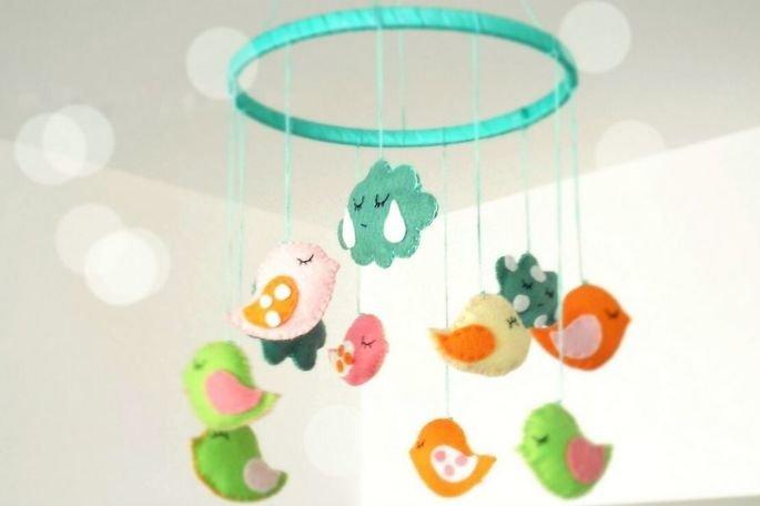 Móbile para bebê com passarinhos e nuvens de pelúcia