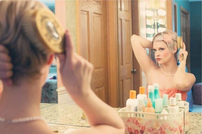 de pé no espelho